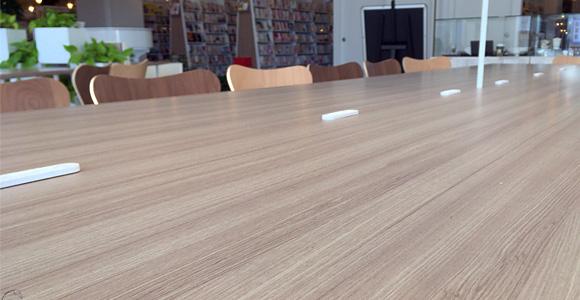 タリーズコーヒー戸田店の大きなテーブル