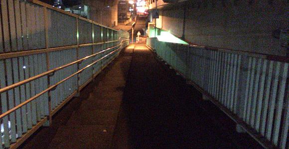 左下に向かう階段を降ります