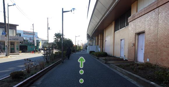 駅の横を直進
