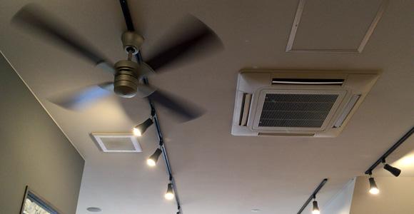 天井にはシーリングファン