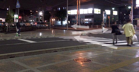 道路を渡り左の方向へ。