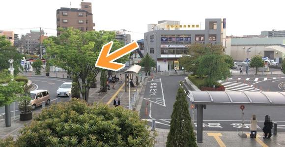 駅西口から見ると矢印の場所にあります