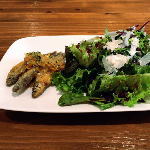 ワカサギのエスカベチェとブルーベリーソースのサラダ